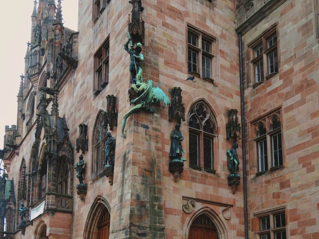 Rathaus St. Johann Überarbeitung der Wandfiguren
