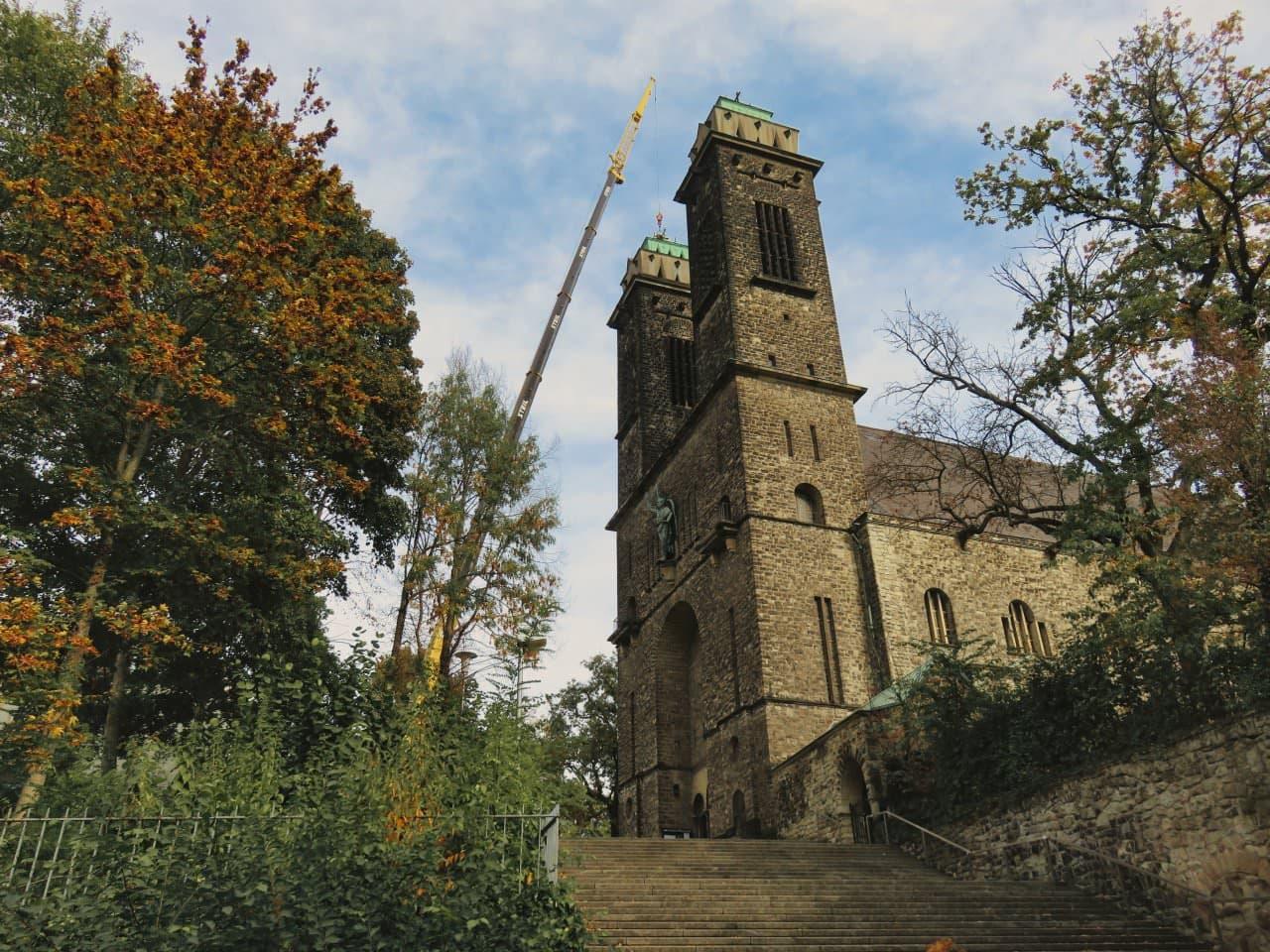 St. Michael Reparatur einer Turmdachfläche mittels Mobilkran