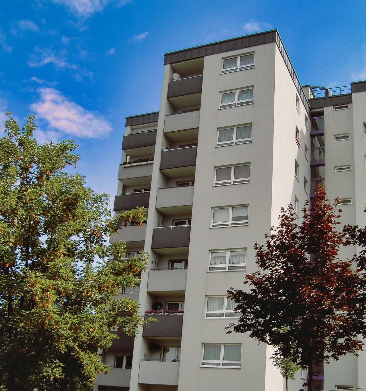 Mehrfamilienhaus Abbau und Entsorgung der Asbestzement- Fassadentafeln