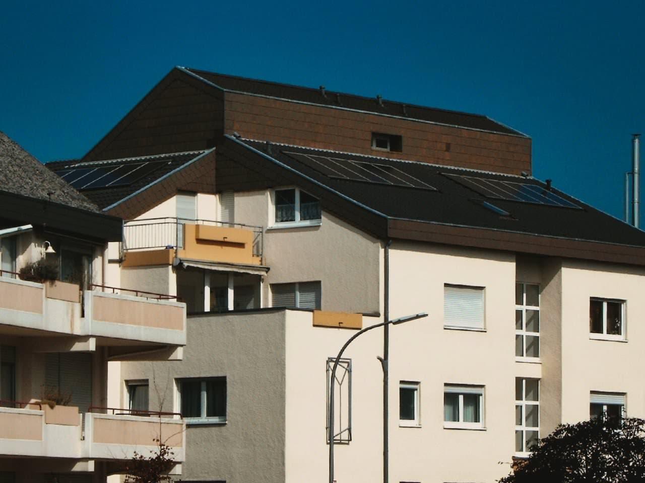 Photovoltaik- Anlage auf Mehrfamilienhaus